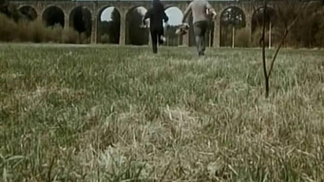 Úvodní scéna. Dvojice Vanda Švarcová coby Marta a Vítězslav Jandák coby Ivan utíká směrem k železničnímu viaduktu u Milevska, který byl postaven na sklonku 19. století.