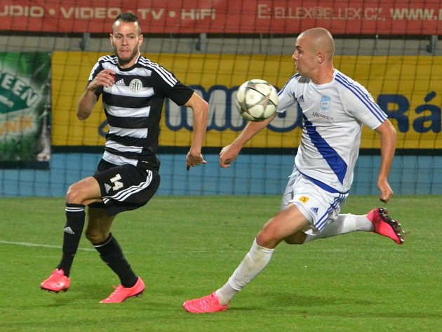Roman Wermke unikl Švrčkovi a přihrál Kadulovi na třetí gól: Dynamo - Frýdek 3:1.