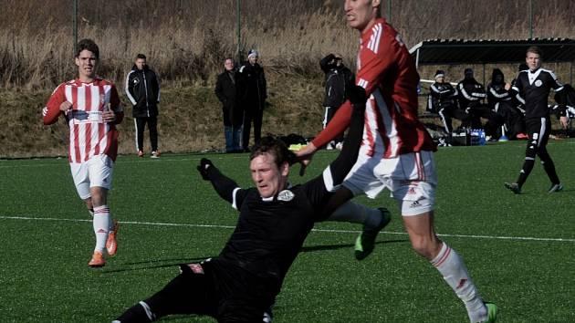 Milan Ujec padá po faulu žižkovského Tomáše Petráška: Dynamo - Žižkov v přípravě 4:0.