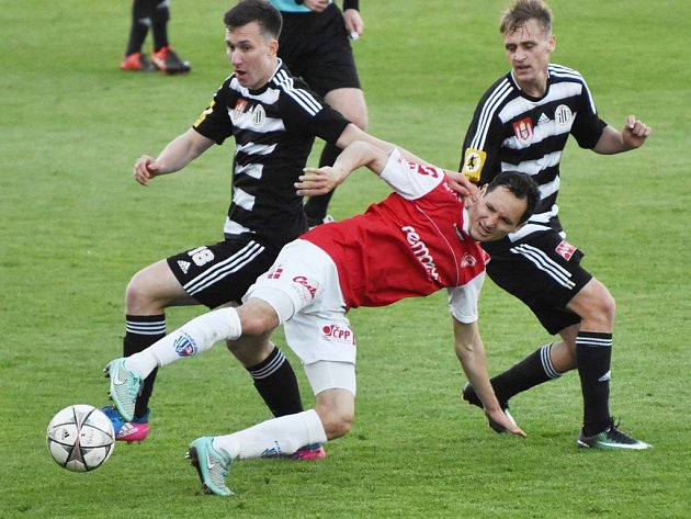 Pardubický Šejvl zastavuje útočnou akci Matějky a Čavoše: Dynamo hrálo s Pardubicemi ve II. lize 0:0.