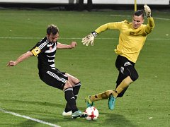 Jindřich Kadula sám před bránou brankáře Knoblocha nepřekonal: Dynamo ČB - Pardubice ve II. lize kopané 0:0.