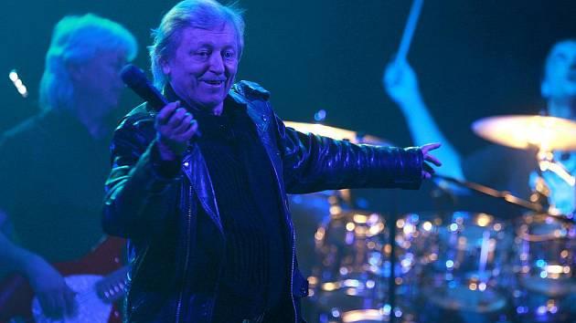 Václav Neckář, který díky písni Půlnoční zažívá comeback, zahrál 6. února s kapelou Bacily ve vyprodaném strakonickém kulturním domě. Předváděl zajímavé pohybové kreace.