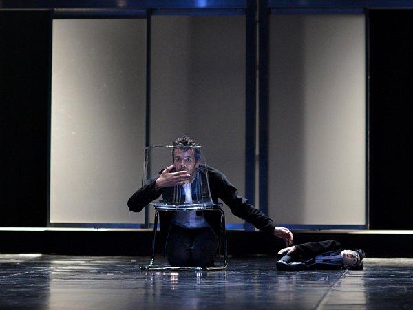 Viktor Svidró zbaletu Jihočeského divadla vpředstavení Kauza Kafka.