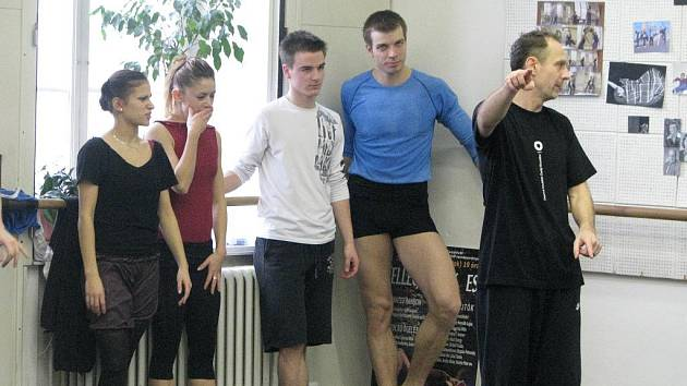 Zákulisí Jihočeského divadla. Členové baletního souboru Jihočeského divadla nacvičují každý den. Zcela vpravo umělecký šéf baletu Attila Egerházi, vedle něj sólista a držitel celostátní Ceny Thálie 2009 Zdeněk Mládek.