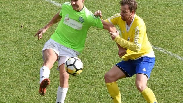 Petr Janda v třetiligovém derby v Písku bude v roli hrajícího trenéra Čížové. Na snímku z podzimního derby v Čížové ho atakuje písecký Aleš Hanzlík.
