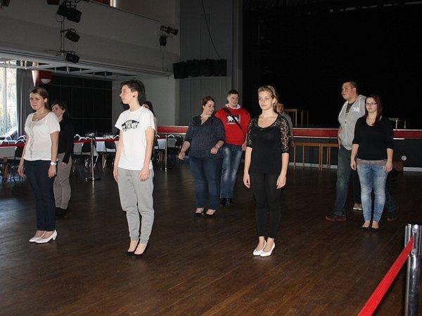 Trénink nástupu, který otevírá maturitní ples, se neobejde bez opakování. VDomě kultury  Metropol takto vúterý nacvičovali studenti ze SŠ a VOŠ cestovního ruchu České Budějovice.