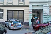Během zásahu policie směřovala chodce na protější chodník.