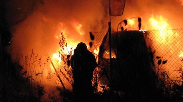 Požár v autobazaru v Plané.