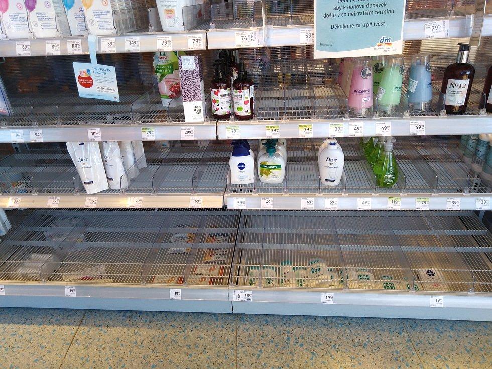 V neděli byly některé regály v obchodech téměř prázdné.