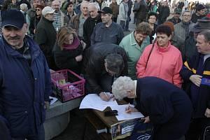 Demonstrovat svou nespokojenost se současným stavem v politice přišlo včera na náměstí Přemysla Otakara II. několik stovek Jihočechů.