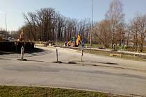 Částečná uzavírka kruhové křižovatky v Hluboké nad Vltavou. Potrvá do přelomu července a srpna.