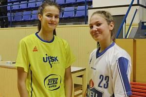 POTKALY SE. Někdejší spoluhráčky Veronika Voráčková (vlevo) a Ludmila Dudáčková si vyměnily po zápase pozdravy.