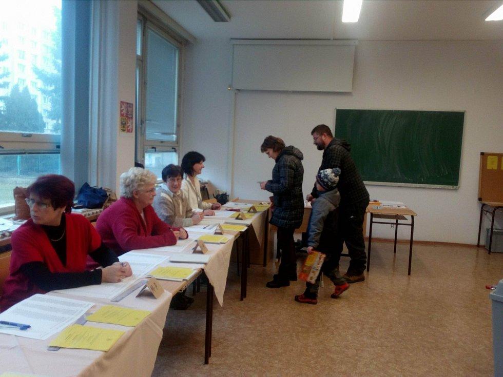 Ve volebním okrsku číslo 39 vhodili obálku do volební schránky manželé Blahulovi.