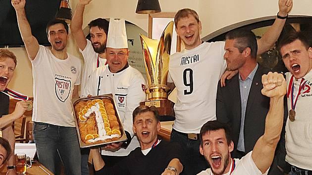 Volejbalisté Jihostroji České Budějovice slaví titul tradičně v Masných krámech, kde jim šéfkuchař Luděk Hauser upekl buchty. Jedničku udělal z cukru.