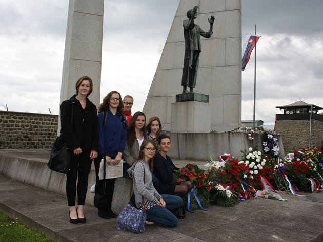 Do Mathausenu přijela i skupinka studentů českobudějovického Gymnázia J. V. Jirsíka se svou učitelkou. K památníku položili věnec.