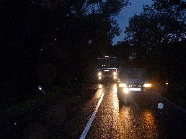Na silnici za Novou Hospodou uvěznily popadané stromy řadu aut. Jejich posádky se po čase z pasti prořezaly vlastními silami, pomáhal jim s traktorem i majitel nedalekého penzionu.