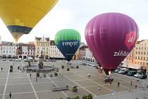 Čtyři horkovzdušné balony vzlétly ve čtvrtek v ranních hodinách z českobudějovického náměstí Přemysla Otakara II.