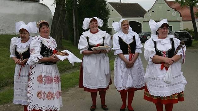 Vítání chlebem a solí patří jednu z nejčastějších činností baráčníků. Na snímku z letošního května čekají členky na režiséra Zdeňka Trošku.