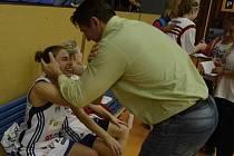 RADOST střídají rozpaky. Strakonice si zatím vedou v lize se střídavými úspěchy. V posledním domácím utkání měl velkou radost z výhry manažer klubu Eduard Gaisler spolu s Irena Vrančičovou (na snímku). V Mladé Boleslavi však došlo k vystřízlivění.