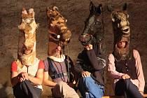 Jizvy v kameni je název nového letního představení, jehož premiéru uvede ve středu Divadlo Continuo na zemědělském statku v Rábíně u Netolic. Jedním z hlavních symbolů je kůň: jednak je lidé na statku chovali a jednak upomínají na dávnou noblesu.