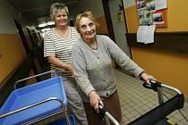 Domov pro seniory Hvízdal otevřel  své dveře veřejnosti. Zájemci si mohli prohlédnout například ruční výrobky klientů domova. Na snímku je 89letá klientka Anna Jelínková