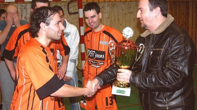 Kapitán strakonickéhoTomaka Milan Krejčík přebírá pohár za vítězství ve strakonické Dudák lize z rukou předsedy Jihočeské krajské komise futsalu Michala Průchy.