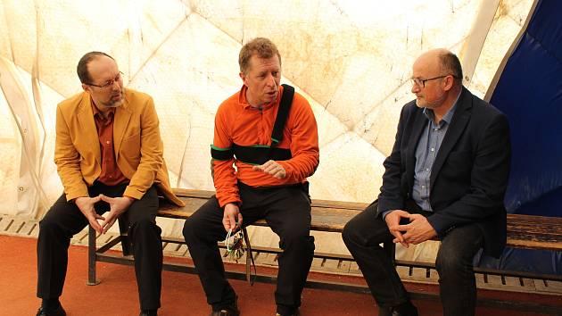 V hale SK Mladé by mohli trénovat budějovičtí atleti. Jednají o tom radnice a klub. Na snímku vpravo primátor Jiří Svoboda, uprostřed Petr Lískovec z SK Mladé, vlevo náměstek primátora Petr Holický.