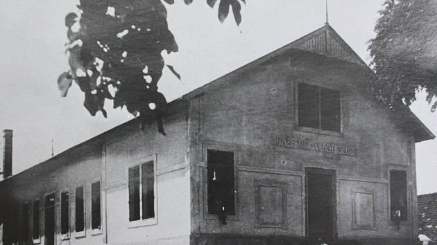 Vojenský barák posloužil jako základ pro stavbu sokolovny v Kamenném Újezdu. Takto vypadala sokolovna krátce po dokončení stavby.