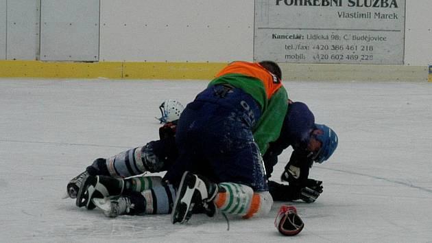 Zdeněk Ondrášek a Roman Lengyel si to naoko rozdali přímo na ledě bez rukavic.