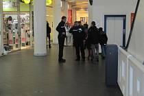 V Mercury centru došlo v pondělí k tragické události. Policisté vyšetřují pád ženy z ochozu.