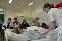 Ve Střední zdravotnické škole v Českých Budějovicích soutěžily budoucí sestřičky.
