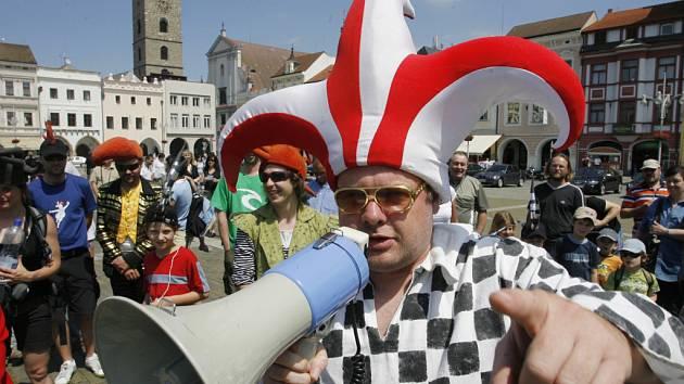 Komediantský průvod Českými Budějovicemi představil divadelní festival Na prahu.