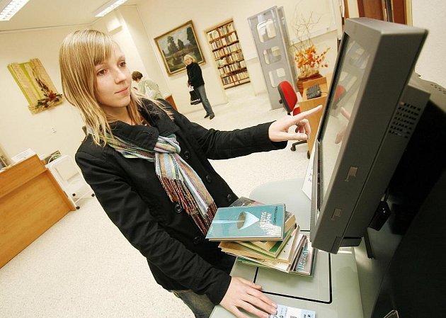 Na pobočce Jihočeské vědecké knihovny ve Čtyřech Dvorech spustili včera moderní samoobslužné zařízení. Čtenáři si díky němu mohou vypůjčit knihy zcela sami, bez čekání u pultu. Pobočka nyní vlastní na 21 tisíc svazků, chodí sem asi 1300 kmenových čtenářů
