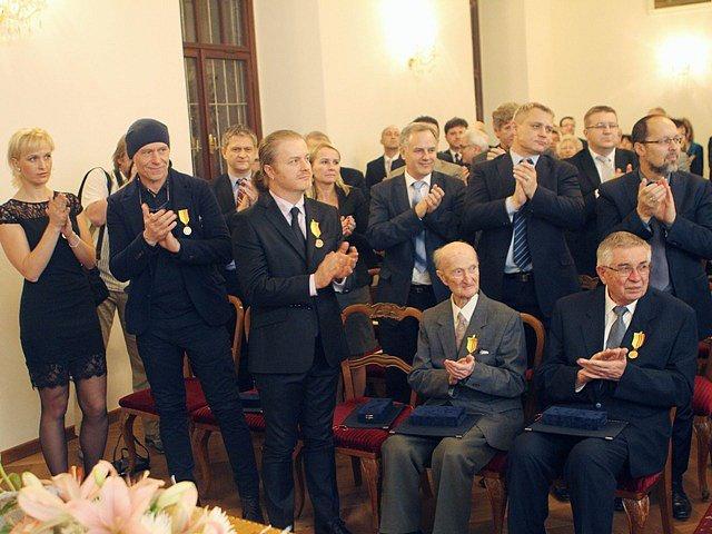 Jiří Svoboda v pondělí na radnici udělil tři medaile Za statečnost a šest medailí Za zásluhy.