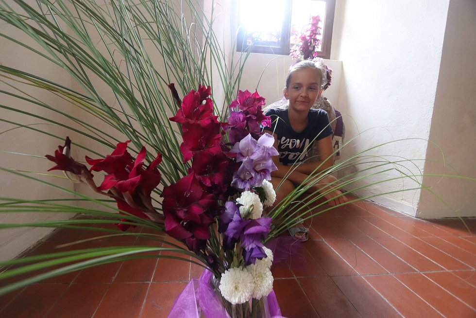Ornáty a květiny v Klášteře Zlatá koruna,na snímku Barbora Charvátová z Prahy