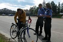 Strážníci Jiřina Hrdličková a Václav Jindra při kontrole cyklistů v centru města.