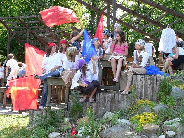 """Generálku před historicky prvním školním muzikálem měli místo vyučování žáci a žákyně ze Základní školy Hluboká nad Vltavou.  """"Přepadení školy"""" připravovali na již tradiční neformální  Letní slavnost."""