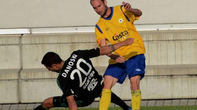 V poháru se představili i fotbalisté FC Písek, kteří už v úterý podlehli doma Příbrami 0:2 (na snímku posila Píseckých Petr Dolejš bojuje s Danoskim).