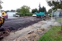 Na počátku září 2020 už pokročily práce na rekonstrukci Plavské silnice mezi Českými Budějovicemi a Novým Roudným.