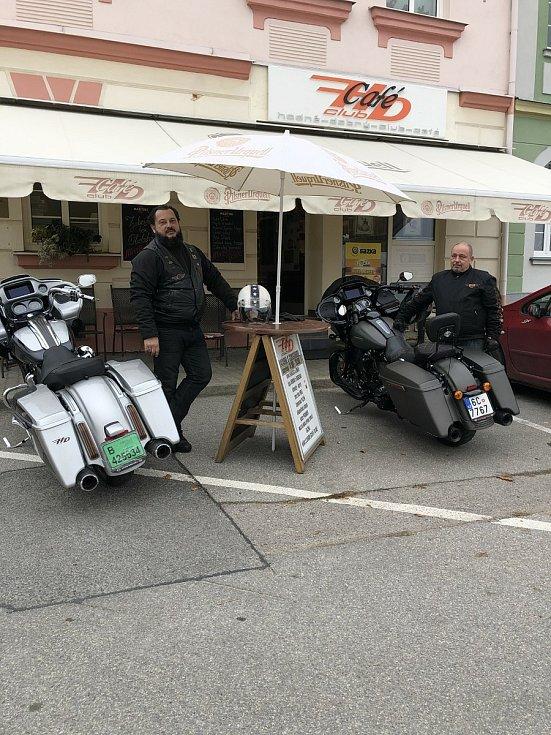 Hodně Dobrý Club Café v Ševětíně nabízí stylovou výzdobu i zážitek z prohlídky strojů při motorkářských jízdách.