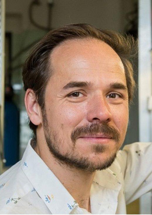Tomáš Korytář studuje imunitní systém u ryb. Ve své práci na Parazitologickém ústavu Biologického centra AV ČR zkoumá, jak se imunitní systém ryby brání parazitům, konkrétně rybomorkám, které způsobují velké škody ve velkochovech ryb.