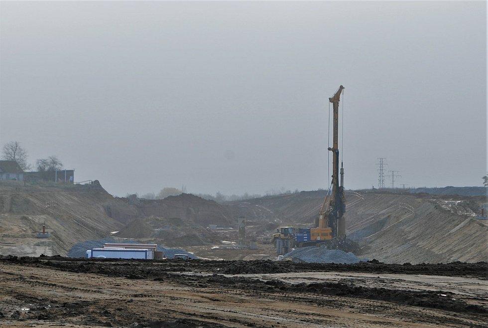 Výstavba D3 u Ledenické ulice, kde bude končit tunel Pohůrka. O kousek dál bude prstencová mimoúrovňová křižovatka.