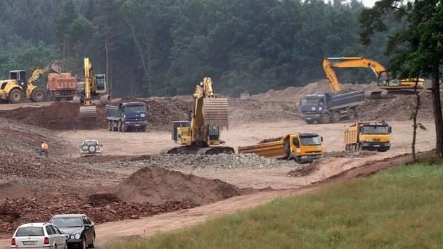 Stavba dálnice D3 u Úsilného.