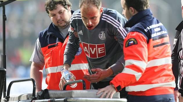Pro brankáře Zdeňka Křížka už v 10. minutě zápas v Plzni skončil, po srážce s Kovaříkem utrpěl dle informací Deníku dvojnásobnou zlomeninu čelisti.