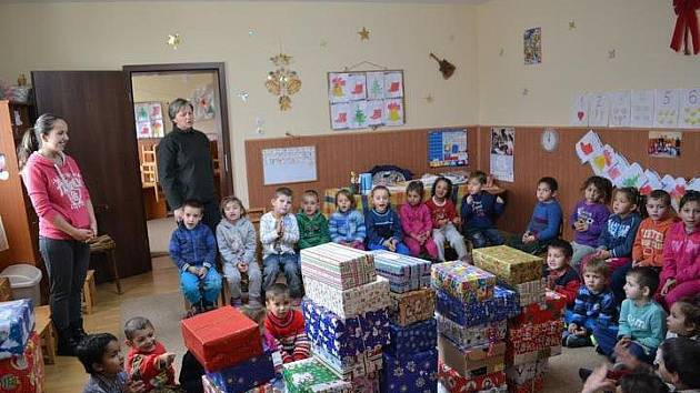 Děti v rumunské škole se nemohly dočkat.