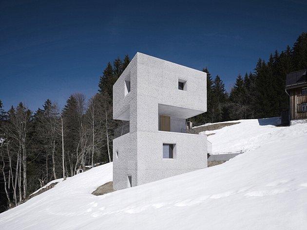 Budějovický Dům umění představuje rakouský ateliér Marte.Marte, který staví domy, mosty, kaple, muzea i galerie. Na snímku jejich horská chata v alpském Laterns, která získala ocenění.