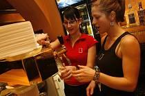 Každý, kdo chce pracovat v restauraci, začíná jako pěšák pobíhající po place. Po čase již však může postoupit na exkluzivnější místo za barem a objevit taje čepování piva, výroby kávových nápojů a míchání drinků.