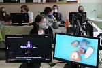 Učitelé i žáci Gymnázia Pierra de Coubertina v Táboře se s nouzovým stavem a pandemií naučili efektivně komunikovat pomocí softwaru a různé techniky. Do školy už nastoupili letošní maturanti.
