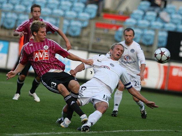 Zdeněk Ondrášek v nedělním ligovém utkání Dynama se Slováckem (0:0) bojuje s hostujícím René Formánkem