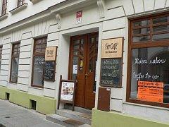 Kávu, domácí limonády nebo zákusky bez lepku nabízí kavárna Fér Café.